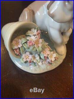 Beautiful LLADRO 7672 It Wasn't Me Porcelain Figurine Dog Flowers