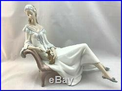 LARGE LLADRO 010.08120 LADY CHIHUAHUA Dog Lounge Chair Flower in Hair 11.25