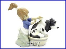 Lladro 05455 Bashful Bather Girl Dog Puppy Lavando Al Perro Figurine (elm)