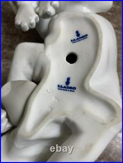 Lladro Blood Hound Old Dog # 1067 Porcelain Figurine. Spain