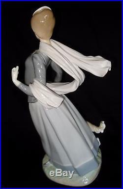 Lladro Lady With Shawl & Dog 15 ¼ Tall Porcelain Figurine #4914 Retired 1998