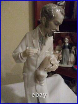 Lladro figurine-retired Veterinarian vaccinating dog #4825, no box
