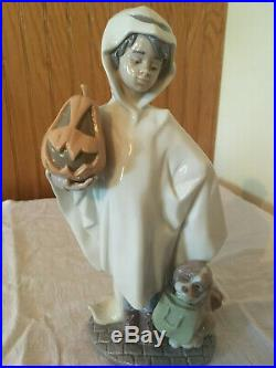Retired LLADRO Spain Trick or Treat #6227 Boy with Dog Porcelain Figurine Nice